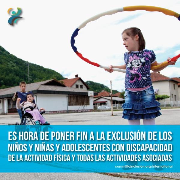 Photo of a child with disability playing Hula Hoop with the slogan - 'Es hora de poner fin a la exclusión de los niños y niñas y adolescentes con discapacidad de la actividad física y todas las actividades asociadas'.