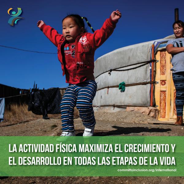 Photo of a kid jumping, with the slogan 'La actividad física maximiza el crecimiento y el desarrollo en todas las etapas de la vida'.